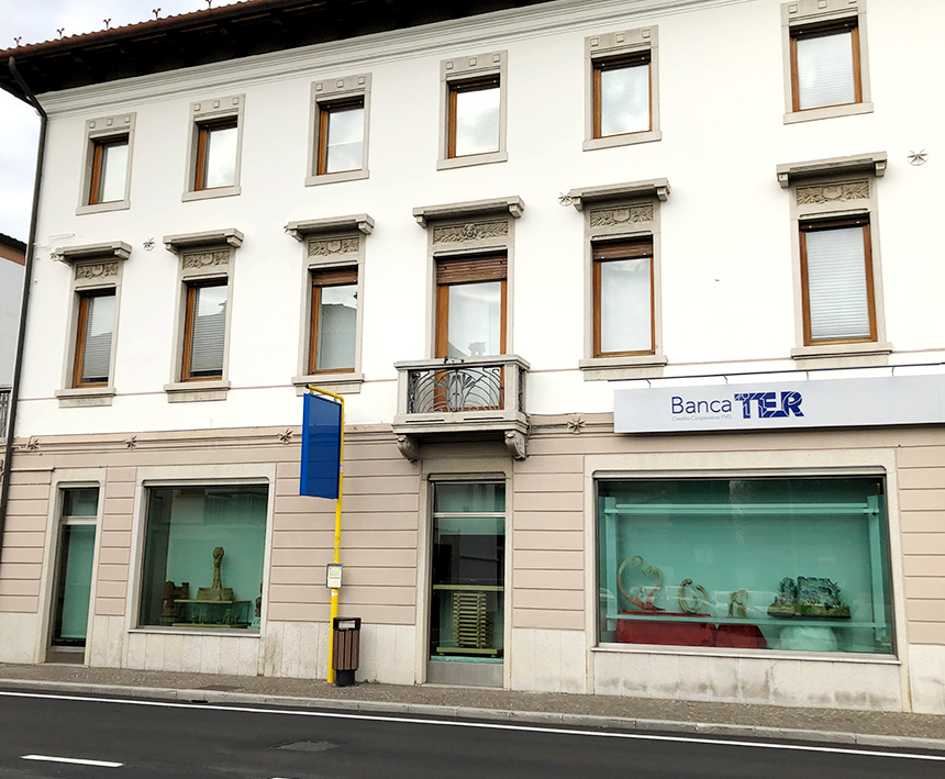 showcase applicazione pellicole vetro nella banca TER di Manzano vista laterale